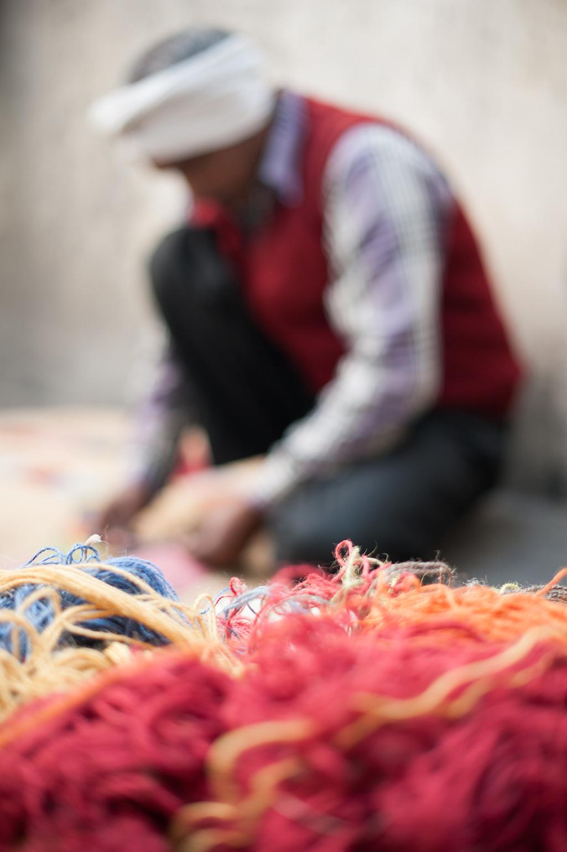 Indisk vävare som gör en matta åt australiensiska Armadillo. (Foto Armadillo)