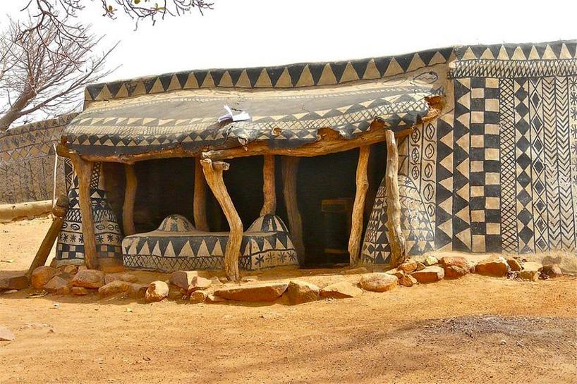 Husen målas för hand och det är mönster som är traditionellt använda i regionen Tiebélé, nära gränsen mellan Ghana och Burkina Faso. (Foto Rita Willaert)