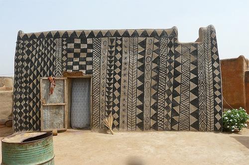 Jo, det är verkligen nästintill samma mönster vi ser, vackert eller hur? De abstrakta mönstren skapas av kvinnorna i byn. (Foto Rita Willaert)