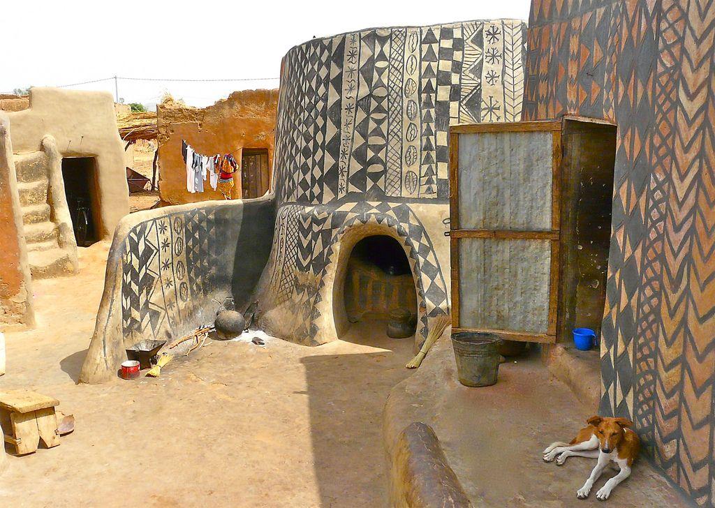 Byn och stammen Kassana i Ghana är inspiration för Mum's nya mattkollektion. Byns lerhus dekoreras med fantastiska abstrakta mönster. (Foto Rita Willaert)