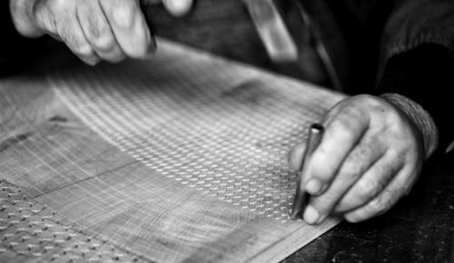 Det karaktäristiska träsnideriet från bosniska Zanat är genomgående i kollektionen gjord i samarbete med de svenska formgivarna. (Foto Zanat)