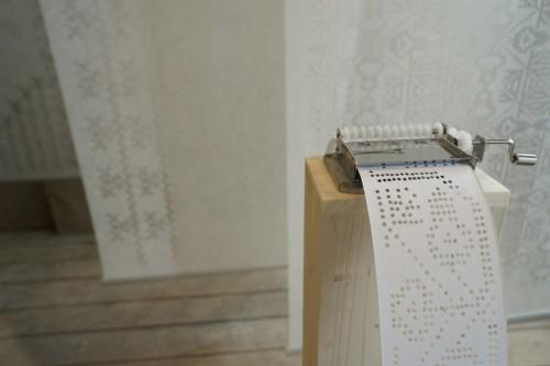 Soundweaving, ett projekt av ungerska designstudenten Zsanett Szirmay som genom översättning av broderade mönster till hålkort tar reda på hur korsstygn låter. (Foto Sándor Fövényi)