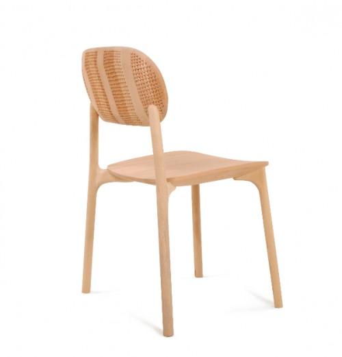 Stapelbar stol i kollektionen Zanat. Företaget som arbetar inte bara med traditionella hantverkstekniker, utan också miljöhållbarhet och rättvis handel. (Foto Zanat)