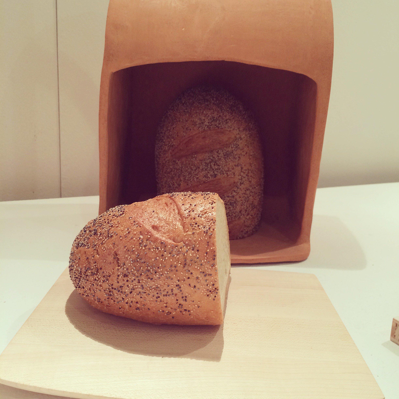 Också Juliana De Filippis brödförvaring i terrakotta gjorde mig glad. Notera skärbrädan/locket. Elegant! Sätt att återanvända kaffesump, använda egengjord tandkräm, skicka bud i trälådor och uppdatera sin lunchlåda ingick också i studenternas projekt. Kul! (Foto Kurbits)