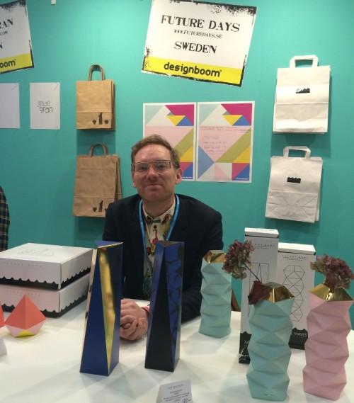 Bland Designboom-borden, mässans avdelning för försäljning av samtida design, hittade jag Kim Walltin! Han ligger ju bakom Future Days och gör de finaste av pappersskulpturer. (Foto Kurbits)