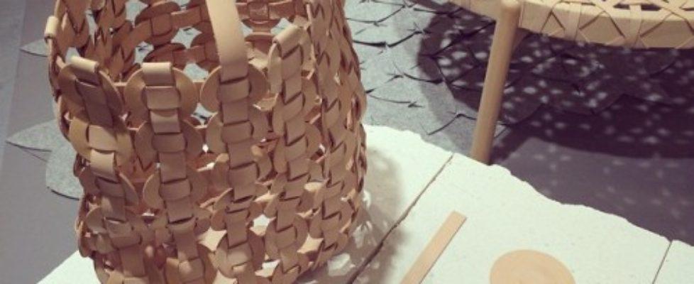 Utställningen Twelve 2015 var också mycket intressant att se, det är mässan som initierat utställningen där tolv där tolv etablerade formgivare visas upp, i år i urval av Johanna Agerman Ross. Temat i år var metoder. Här är Mia Cullins fina väska och bord i flätat läder. Det är också hennes bord vi ser i inläggets topp. (Foto Kurbits)