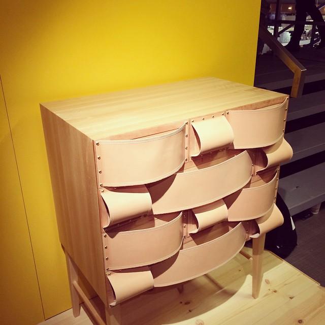 Byrå av Daniela Arell från Stenebyskolans monter. Läderapplikationerna dubblerar alltså som handtag. (Foto Kurbits)