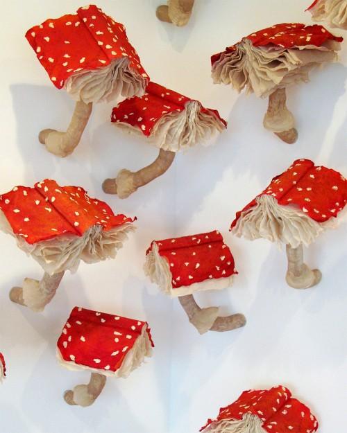 Melissa Jay Craigs installation månar om svamparten och om boken i sig, och så blir det fint på samma gång. (Foto Melissa Jay Craig)
