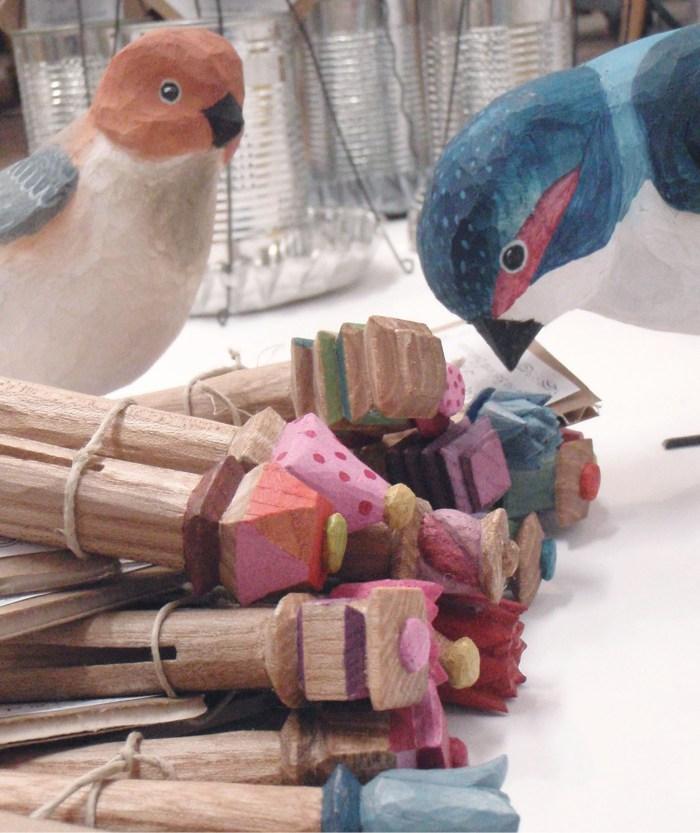 Täljda fåglar och klädnypor av Ulrika Roslund Svensson. (Foto Ulrika Roslund Svensson)