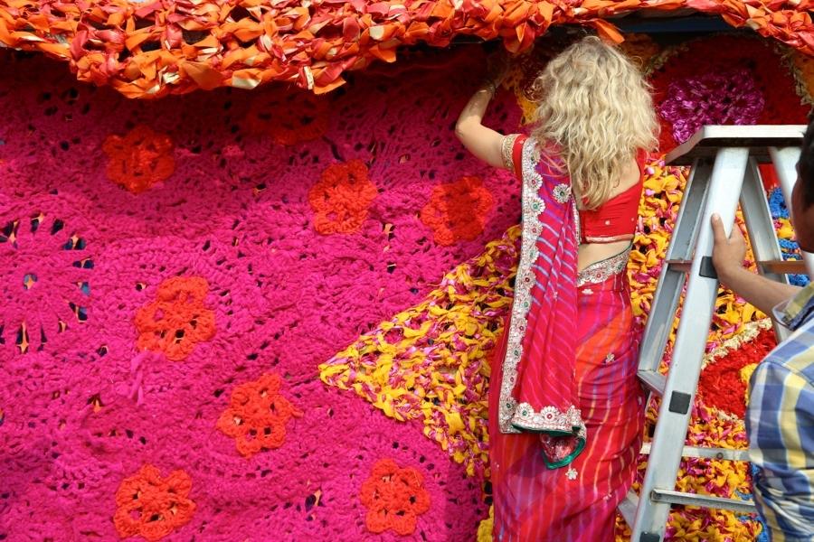 Olek i sin sari. Kolla in alla olika material hon använder, här mer med fokus på symboler än i tidigare verk. (Foto © Pranav Mehta/St+ARTDehli)