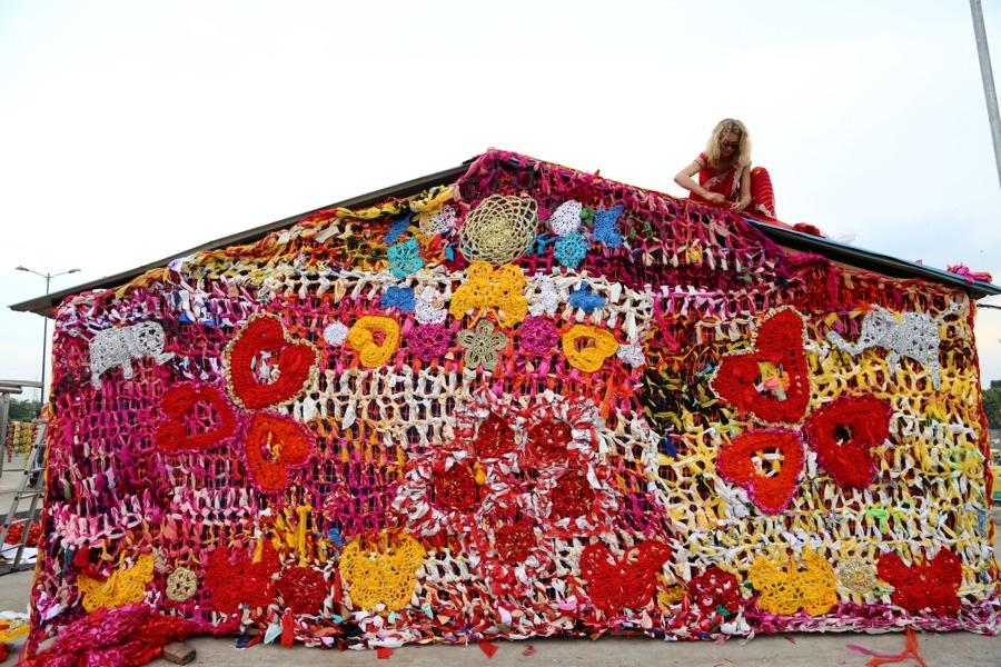Polska konstnären Olek bor i New York men blev nyligen inbjuden att delta i gatufestivalen St+art Dehli, i New Dehli, där hon virkat in ett hem för hemlösa kvinnor. (Foto © Pranav Mehta/St+ARTDehli)