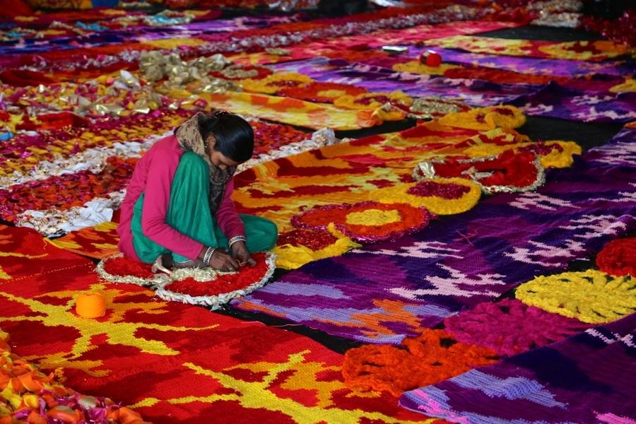 Enorma mängder virkat material krävdes för att täcka huset. Bland de många volontärerna var det många som kunde virka. Foto © Pranav Mehta/St+art Dehli)