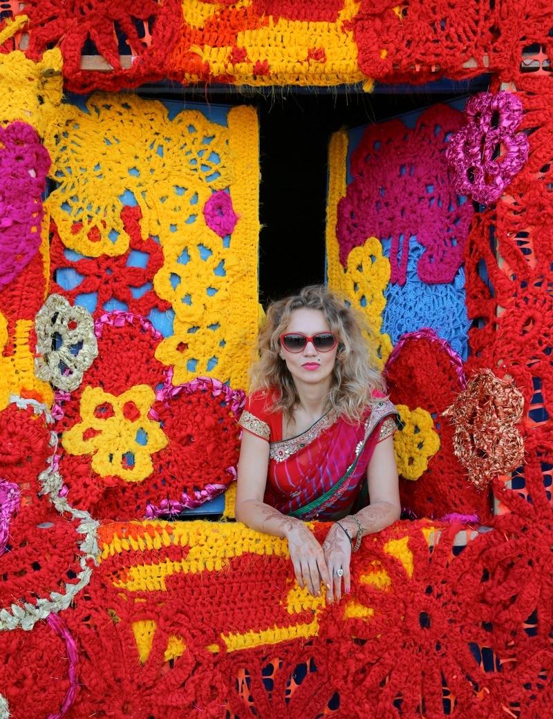 Polska konstnären och garntaggaren Olek i sin nygjorda installation i New Dehli. (Foto © Pranav Mehta/St+ARTDehli)