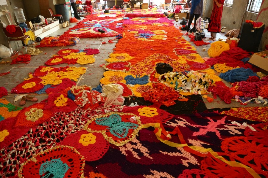 Ett antal indiska klädmärken skänkte textil till Oleks verk, hon virkar i trasor och i tjockt garn, ofta mixar hon sina material. Hennes mönster synonyma med hennes färgstarka stil. ( (Foto © Pranav Mehta/St+ARTDehli)