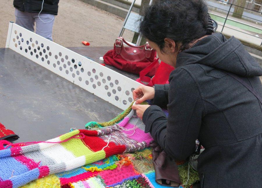 Somayas Slöjdgerillor tar garnet till hjälp för att väcka opinion om barns utsatthet på skyddade boenden. (Foto Somaya)