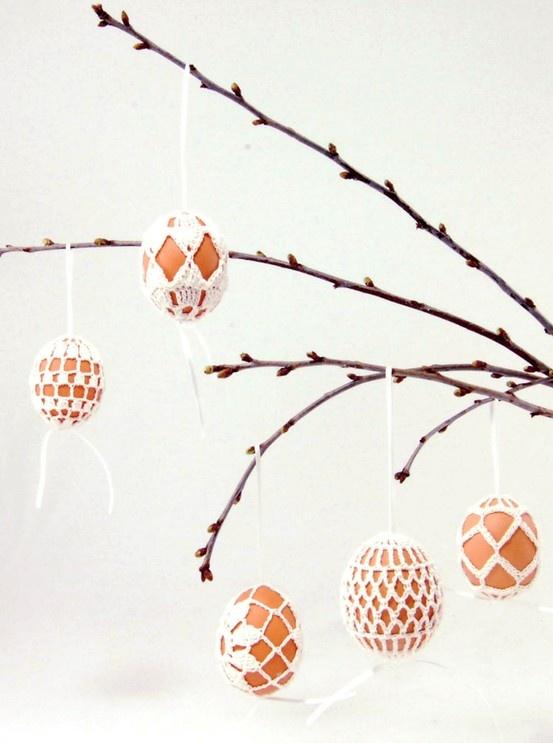 Fiffigt virkat sätt att hänga upp äggen i riset. Mönstret hittat på Etsy.