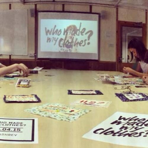 Idag är det Fashion Revolution Day. Människor runt om i världen ställer frågor om  etik och arbetsförhållanden i sweatshops apropå den katastrof i Rana Plaza som tog över tusen liv denna dag för två år sedan. Här är en bild från en av Craftivist Collectives stitch-ins i veckan för att uppmärksamma dagen. (Foto Craftivist Collective)