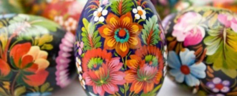 Målade påskägg i ungersk folkkonsttradition kallad Matyó. Folkkonsten från Mezőkövesd-regionen i nordöstra Ungern är världsarvslistad. Och här överförd på ägg. Fantastiskt!
