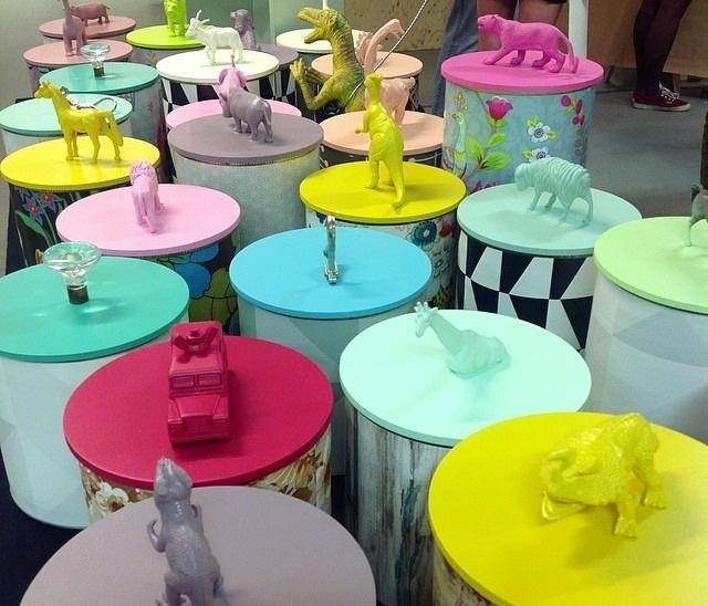 Också Kombino Amöbel jobbar med plastdjur i sina återburkar; ger nytt liv åt det som annars skulle gå om intet. Gamla plåtburkar, leksaker och trasiga möbler ges en ny chans.  (Foto À la London)