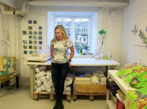 Här är Eva i sin ateljé på Konstepidemin.  Här har hon hållit till i dryga året, i ateljén drejar, bränner och glaserar hon. Och fotar och fikar, allt ryms!  (Foto Kurbits)