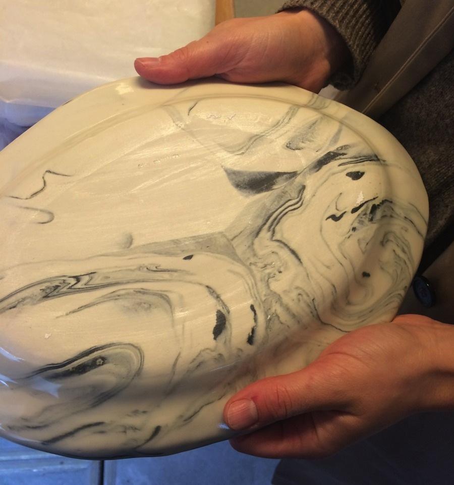Detalj av baksidan av Frida Mälarborn Hoshinos fat, se så spännande!  Här blir det tydligt att fatet består av flera olika sorters lera. (Foto Kurbits)