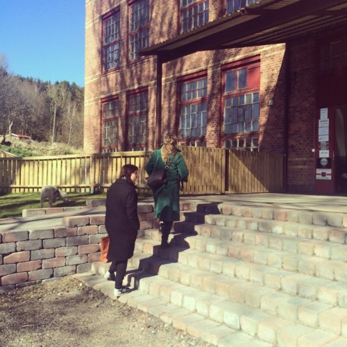 Här är mina guider för mitt besök på väg in i Spinneriet. Katarina Karlsson först, följd av Maria Kreutz. Studiebesök på gamla Lindome Spinneri på agendan. (Foto Kurbits)