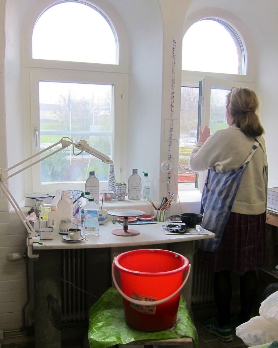 Marianne Hallberg i sin del av ateljén på Sockerbruket 33. Här tittade vi lite extra på hennes fantastiska petflaskor i fönstret. Nästan platta, men ändå med antydan till vanlig rund form. Så himla fina! (Foto Kurbits)