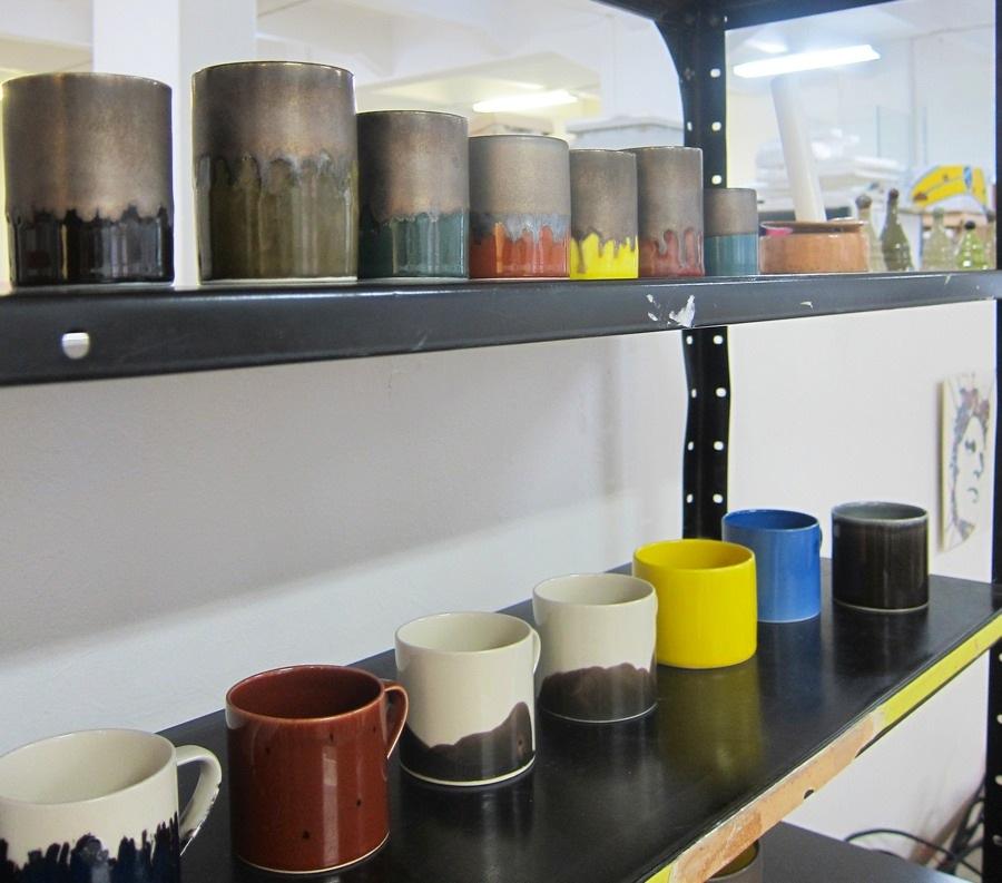 Masayoshi Oyas keramik på hyllan i hans del av ateljén på Sockerbruket 33. (Foto Kurbits)