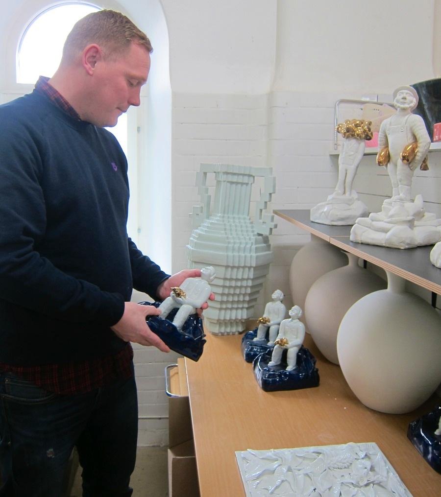 Oscar Gard Montán med några av sina mycket olika verk - hans findetaljerade skulpturer och längst bak hans pixelerade urnor. (Foto Kurbits)