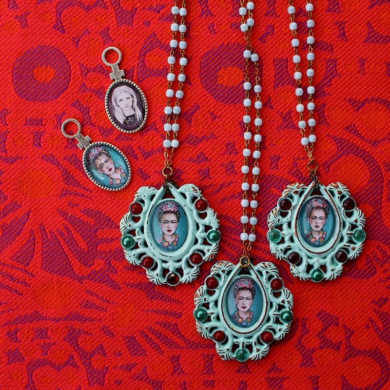 """Smycken från Kalejdoskåpet; ett kabinett fyllt av magiska artefakter, sagoväsen och förunderliga ting med anknytning till populärkultur – allt skapat av Helene """"hille"""" Rydén som en titt in i hennes värld. (Foto À la London)"""