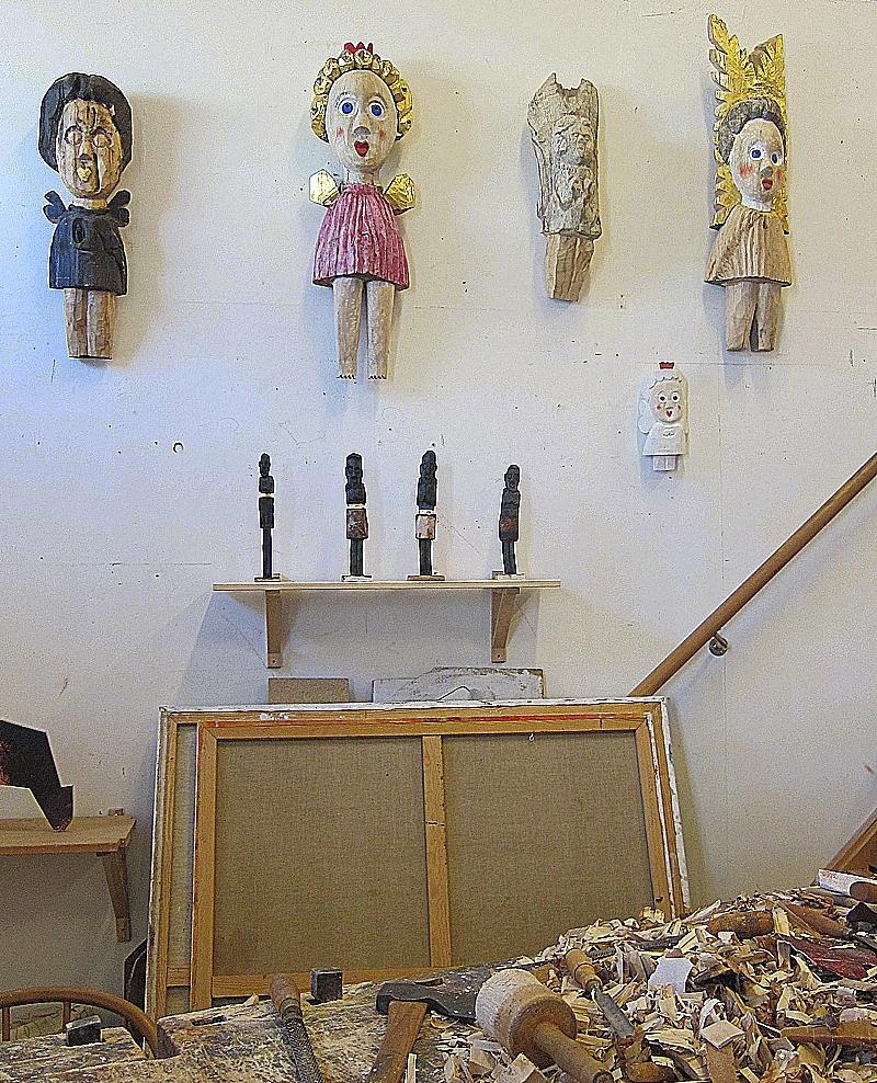 Hyvelbänken står centralt i Sverker Eklunds ateljé i Konstepidemin i Göteborg. Här doftar det trä och överallt hänger hans flickor på väggarna och pratar. (Foto Kurbits)