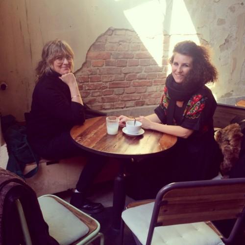 Här är Therese Aronsson till höger från vår träff förra veckan. Till vänster sitter Katarina Karlsson från Konsthantverkscentrum, hon basar för konsthantverksmarknaden Upmarket som äger rum i augusti varje år. (Foto Kurbits)