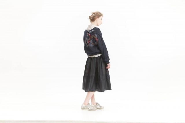 Ryska modedesignern Nadia Konrad stickar gärna sina plagg för hand, och arbetar i rysk hantverkstradition. (Nadia Konrad)