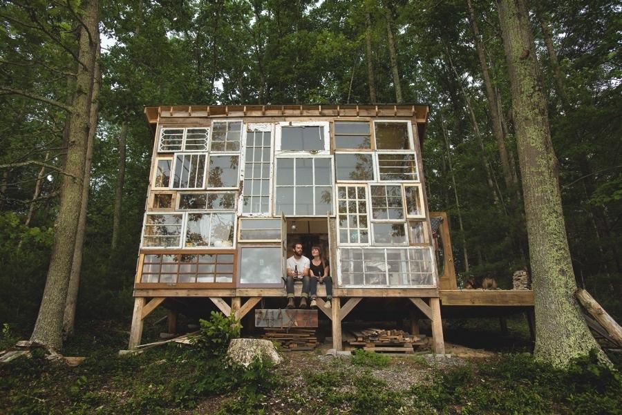 Window House, West Virginia. Gjort av återanvänt trä från en lada, samt fönster. Foto © Jordan Long och Matt Glass/ Half Cut Tea)