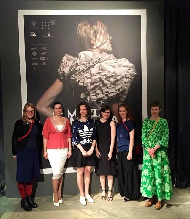 Alla deltagande utställare i Fashion and Craft som pågår på Hantverksmuseet i Moskva just nu. Från vänster: Johanna Törnqvist, Natalia Timakova, Carolina Rönnberg, Svetlana Salnikova, Nadia Konrad och Emelie Ahlnér. (Foto Rebecca Ahlstedt)