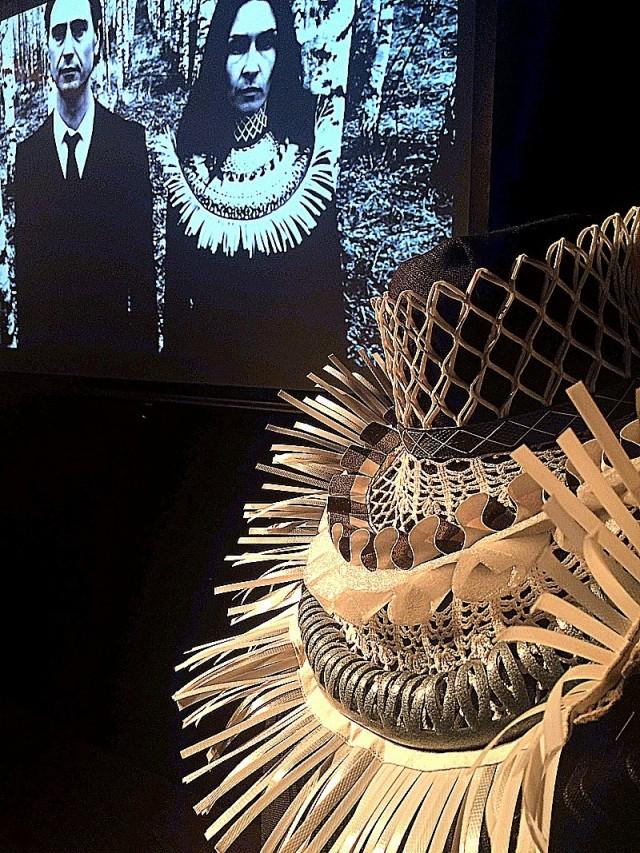 Vingklippt av Johanna Törnqvist. I utställningen visas hennes halskrage tillsammans med den suggestiva film hon gjort om verket. Vingklippt är gjort i återvunnet material: packband, skumfolie, flaskskyddsnät, vaxduk, pilatesboll, virkad duk och bomullsband. (Foto Kurbits)