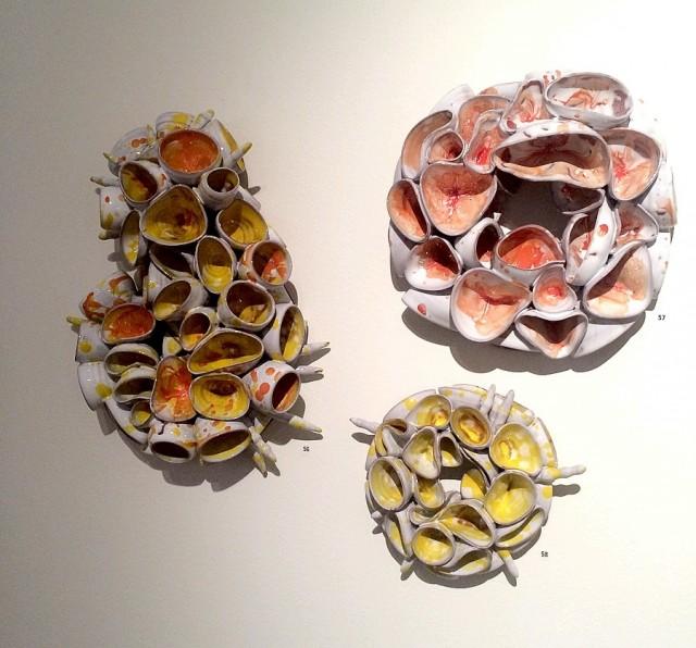 Pia Anlots drejade former i lergods, i utställningen Modernt Hantverk på Märsta Konsthall. (Foto Kurbits)