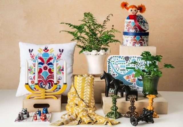 Kollektionen This is Sweden by Åhléns, där nya allmogeinspirerade mönster tagits fram och samsas med utvalda svenska produkter och varumärken. (Foto Åhléns)