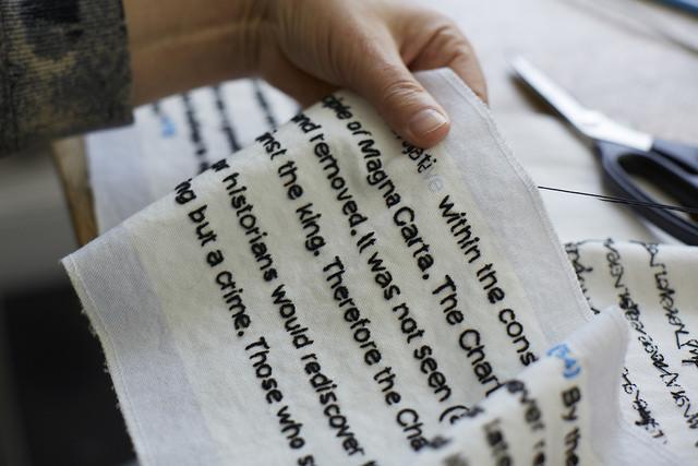 Magna Carta, broderiet är 13 meter långt och har en rad olika händer som avsändare. (Foto Joseph Turp)