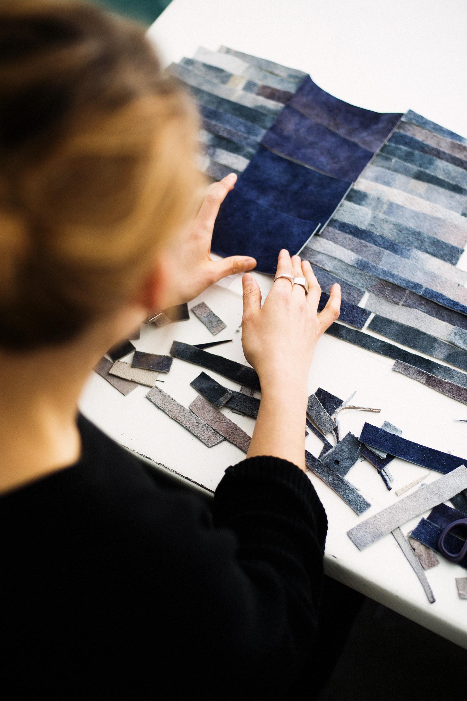 """Installation/kollektion med titel I rörelse av Klara Broström: """"Materialet är kärnan. Jag låter det styra mig till att hitta nya uttryck. För mig handlar textil om yta och struktur, om den taktila och visuella känslan. Jag inspireras av att jobba experimentellt, att låta arbetet och uttrycket formas längs vägen. Att skapa ett material från första tråden eller att se möjligheterna i det redan använda. Att bearbeta, manipulera, ta isär och bygga upp. Förvandla, förvalta, förädla. I form av kläder får mina material ett nytt sammanhang, nytt liv."""" (Foto Erik Thor)"""