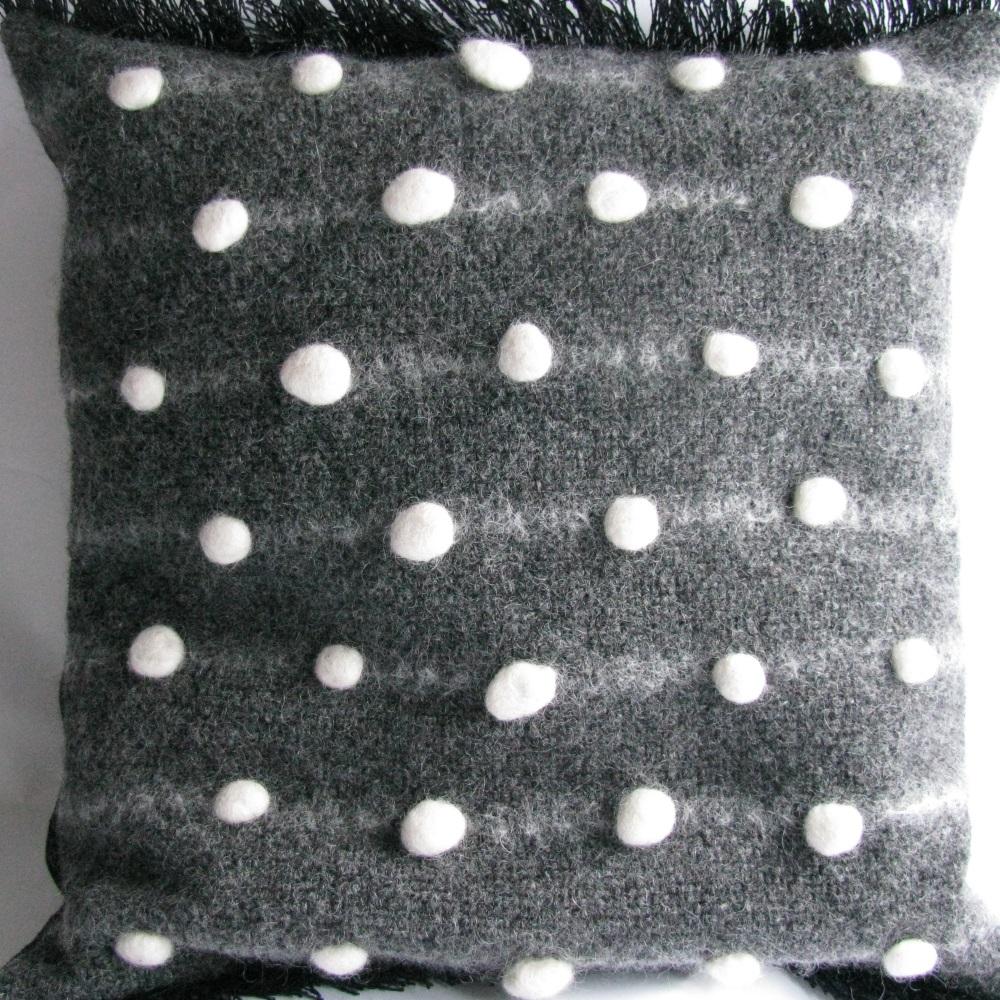 Kudde av Elin Westlund med handvävd framsida och invävda pluppar i svensk ull och vävd frans. (Foto Elin Westlund)