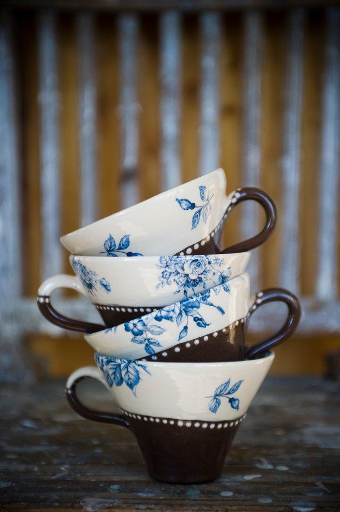 Fin dekor- och mönsterkrock! Muggar från Annas keramik. (Foto Katarina Hansson)