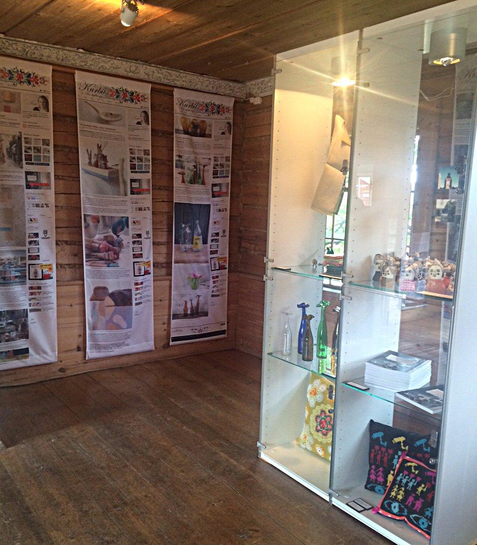 Hela sommaren finns inlägg från bloggen varvat med utvald slöjd och hantverk i utställningen Kurbits på Träslottet i Arbrå, Hälsingland. (Foto Kurbits)