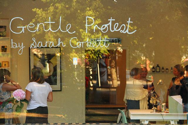 Utställningen Gentle Protest på Handarbetets Vänner. Besökaren kliver rakt in i Sarah Corbetts Wellmaking Clinic. (foto Kaj Petersen)