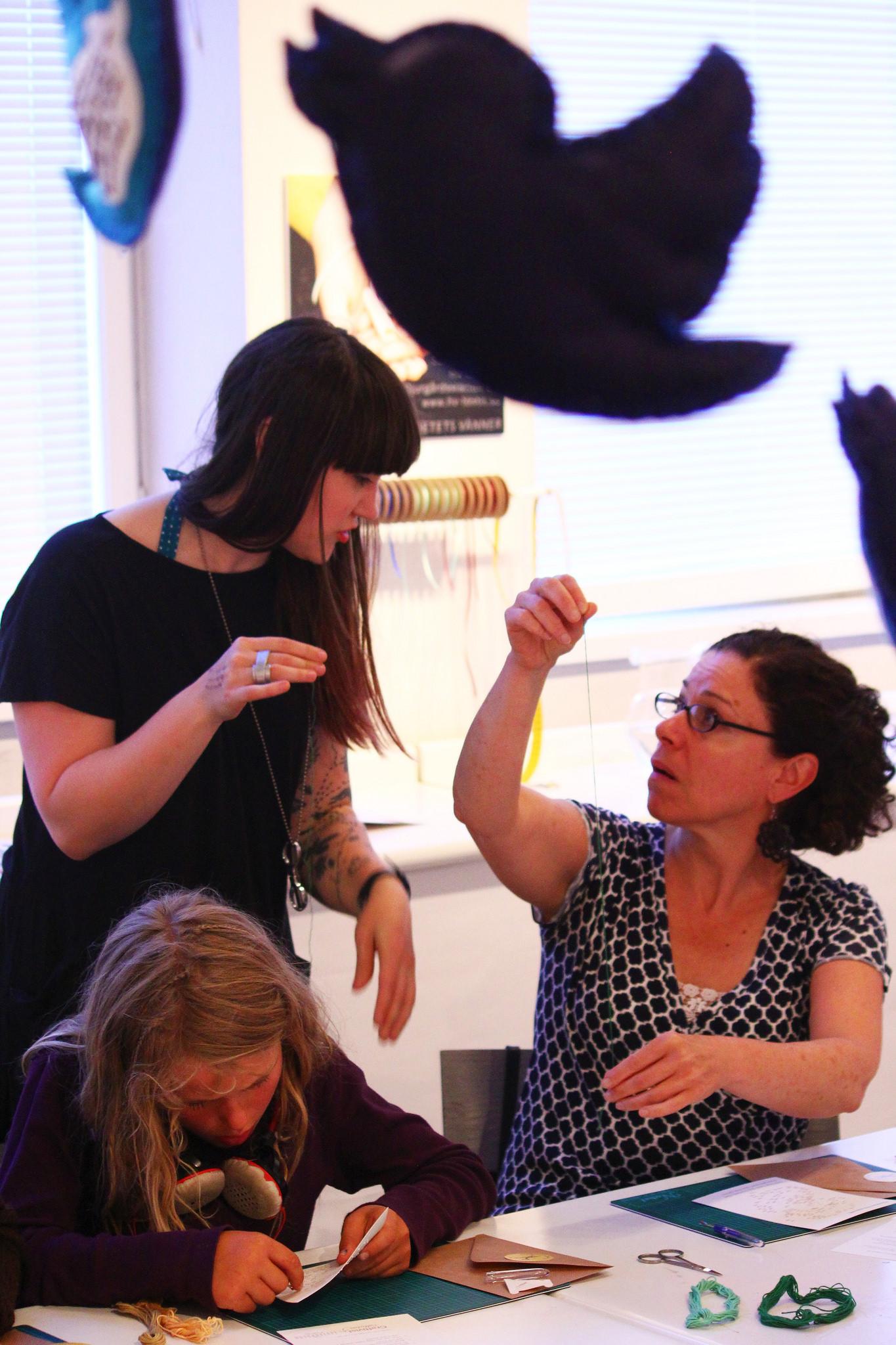 Diskussioner längs vägen. Sarah Corbett har lett workshops under lång tid och är mån om att ta del av alla besökares olika ingångar och tankar till craftivismen. (Foto Kaj Petersen)