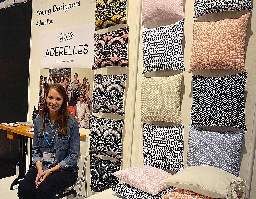 Här är Andrea Djurle, ena halvan bakom företaget Aderelles. Företaget samarbetar med utsatta kvinnor i Calcutta och ger dem lön för att producera dessa kuddar. Andrea studerar fortfarande på Textilhögskolan i Borås och driver sitt företag parallellt.  Inspirerande att höra historien bakom! (Foto Kurbits)