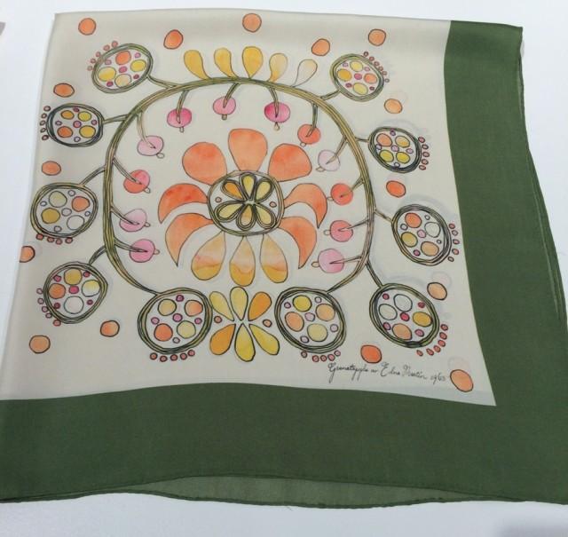 Handarbetets Vänner har tagit fram detta fantastiska mönster av Edna Martin - det heter Granatäpple och är från 1965. Här överfört på en sidensjal. Tre mönster har fått nytt liv på sjalar i HV:s produktion. (Foto Kurbits)