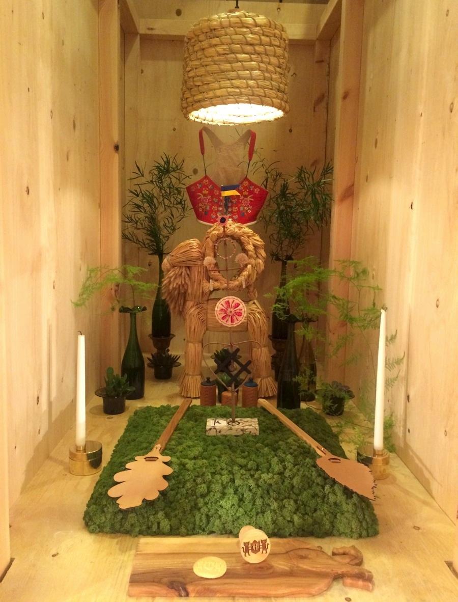 Fin installation signerad Svensk Slöjd med slöjd och hantverk i urval som en del i den utställning som gruppen Codesign gjorde till Formex entrétorg. Ni har säkert sett bilder på den så kallade katten - ett roligt och nytt grepp. The House Cat innehöll en rad slöjd och hantverk. (Foto Kurbits)