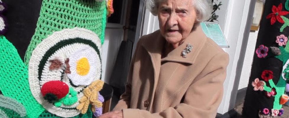 104-åringen Grace Brett taggar gatan med garn