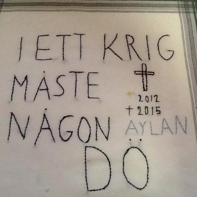 I ett krig måste någon dö, broderad näsduk av Kerstin Nettelblad. (Foto Kerstin Nettelblad)